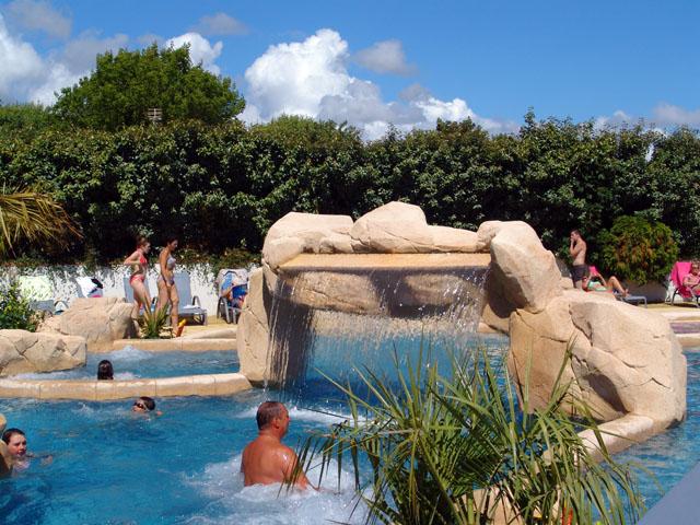 Camping avec superbe espace aquatique pr s de la plage pornic 44 for Piscine cascade toboggan