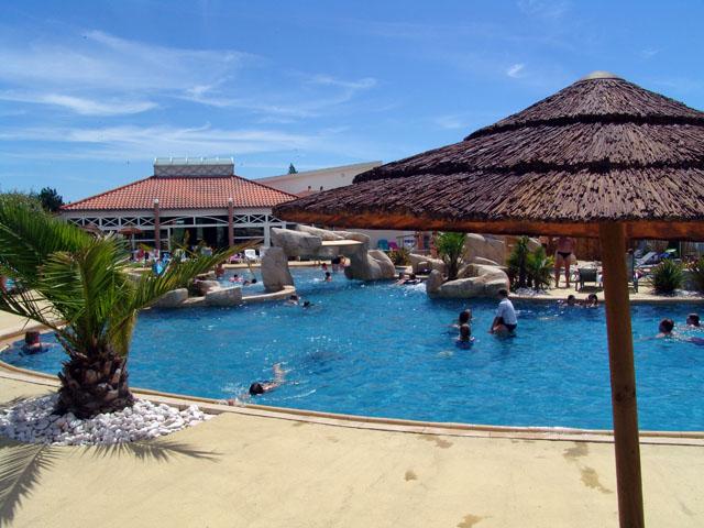 Camping avec superbe espace aquatique pr s de la plage for Camping indre et loire avec piscine couverte