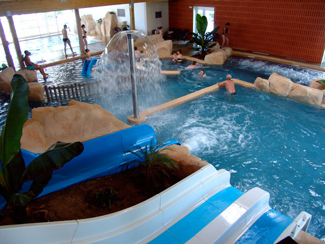 Heated indoor water park at camping la boutinardi re in for Camping auvergne piscine toboggan